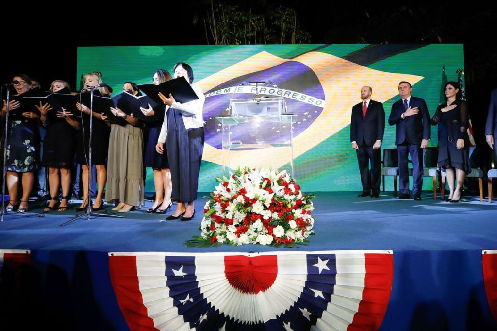 O fantoche norte-americano que ocupa o cargo de presidente do Brasil vergonhosamente participou da comemoração da Independência dos EUA, em uma tosca demonstração de vira-latismo. Será que Donald Trump comemorará o 7 de setembro? Foto por Carolina Antunes.