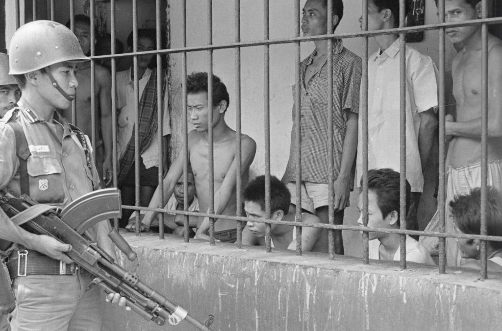 Supostos comunistas sob vigia armada, em Jacarta, Indonésia, no dia 1º de dezembro de 1965. Fotógrafo desconhecido.
