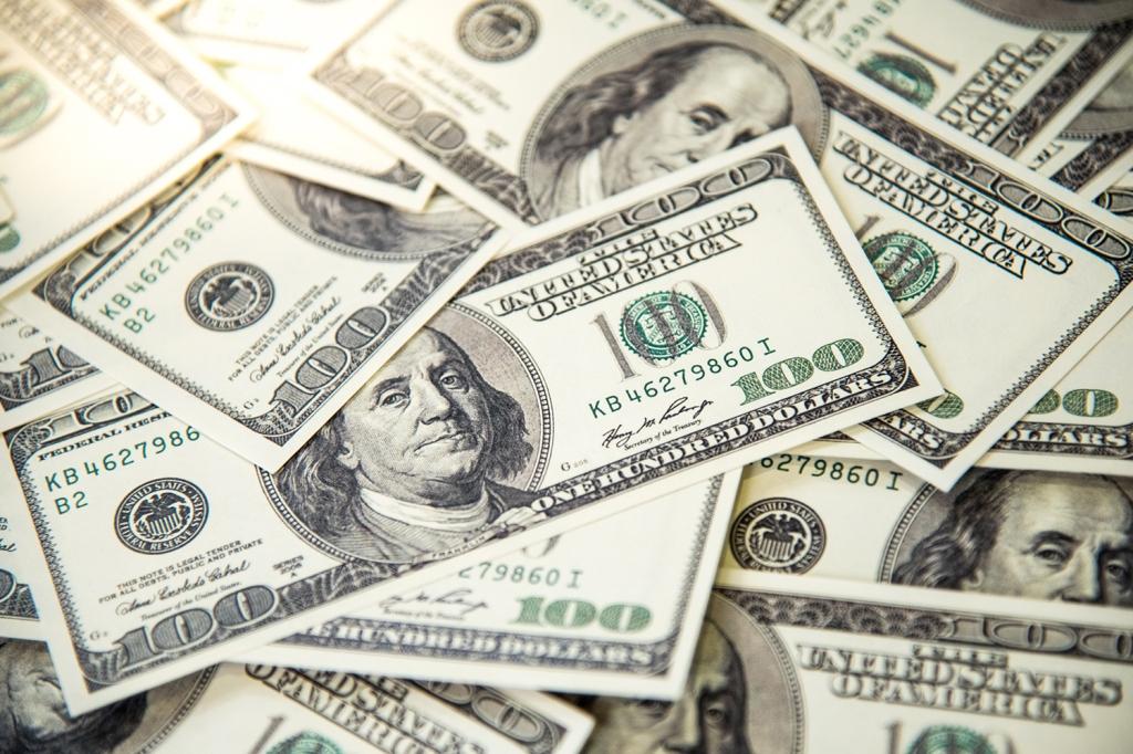 Notas de 100 dólares. Foto via Getty Images.