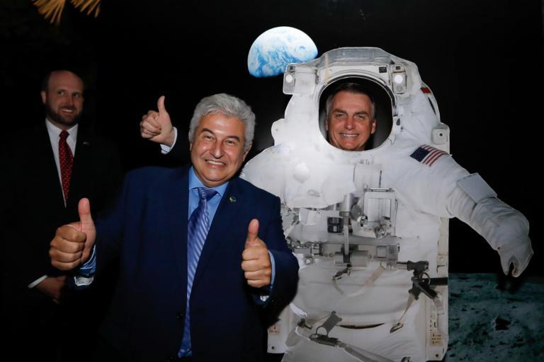 Enquanto o povo brasileiro morre em consequência de sua desastrosa gestão da pandemia, o traidor antinacional Jair Bolsonaro se veste de astronauta como um verdadeiro bobo-da-corte para os dirigentes do império. Foto por Carolina Antunes.