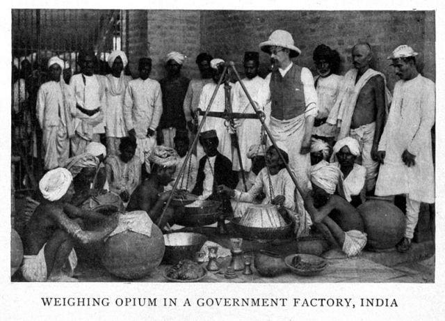 """""""Pesagem do ópio em uma fábrica estatal, Índia"""""""