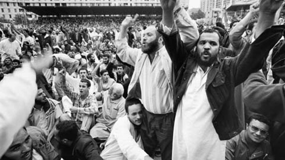 Comício da Frente Islâmica de Salvação (FIS) antes de sua criminalização. Foto via La Vanguardia.