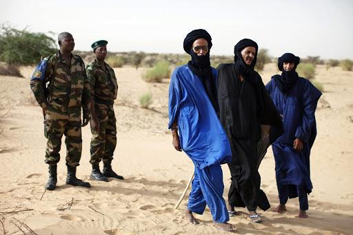 Grupo de fulanis junto a militares no Mali. Foto via RFI.