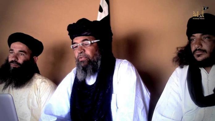 Yahya Abou Al-Houmam da AQMI (esquerda), Iyad Ag Ghali do Ansar al-Din e líder do JNIM (centro), e Al-Hassan Al-Ansari do Al Murabitun (direita). Foto via Middle East Eye.