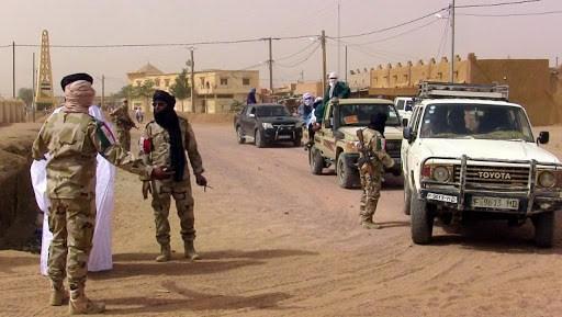 Militares na região tuaregue do Azauade, norte do Mali. Foto via Teller Report.