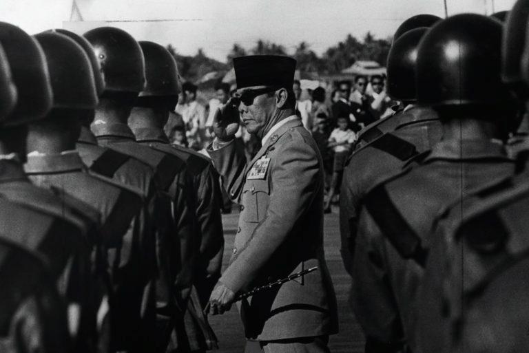 Presidente Sukarno inspecionando tropas na Indonésia, 1965. Foto via Hulton-Deutsch Collection.