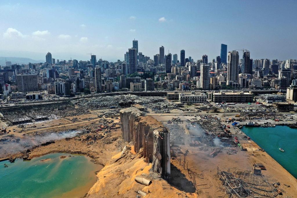 O dano causado pela mega-explosão, que destruiu o porto de Beirute no dia 4 de agosto. Foto via AFP.
