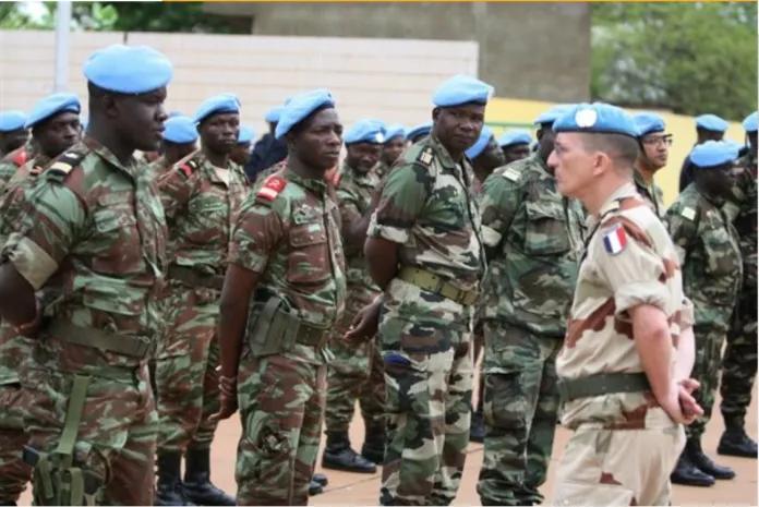 Tropas africanas da MINUSMA respondem a um oficial francês, 1º de julho de 2013, em Bamaco. Imagem via worldpoliticsreview.com