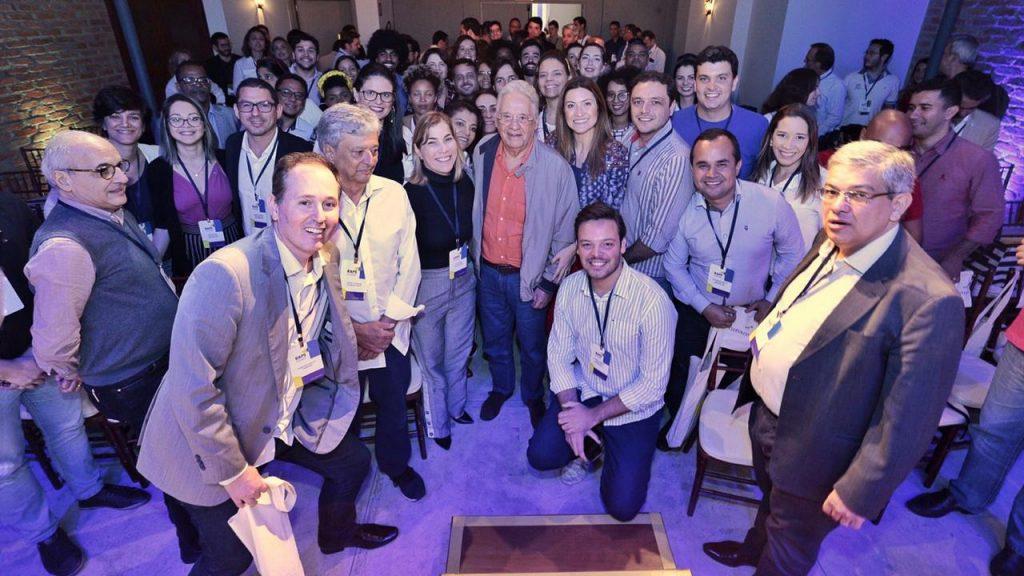 Líderes RAPS aprovados em 2019 posam em foto junto a Fernando Henrique Cardoso. Foto via raps.org.br