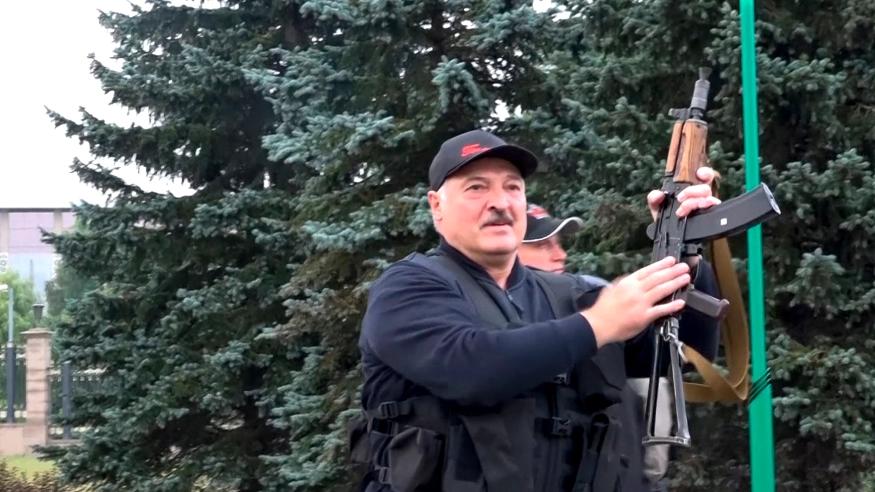 Lukashenko se junta à guarda policial no Palácio da Independência em Minsk, carregando um rifle Kalashnikov, em 23 de agosto de 2020. Foto via Cia. Estatal de Rádio de TV de Belarus.