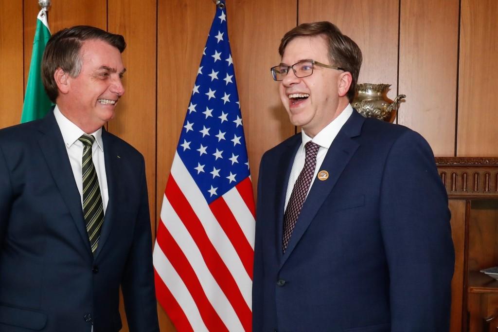 O embaixador gringo atua como um interventor colonial, e Bolsonaro como um vassalo de quinta categoria. Foto por Alan Santos.