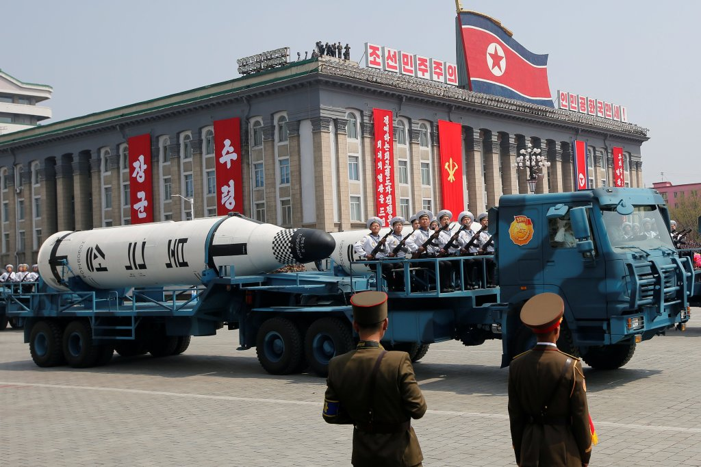 Veículos carregam mísseis durante desfile militar em Pyongyang. Foto por Sue-Lin Wong.