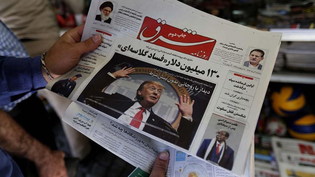 Trump aparece na capa de um jornal iraniano em Teerã. Foto por Atta Kenare.