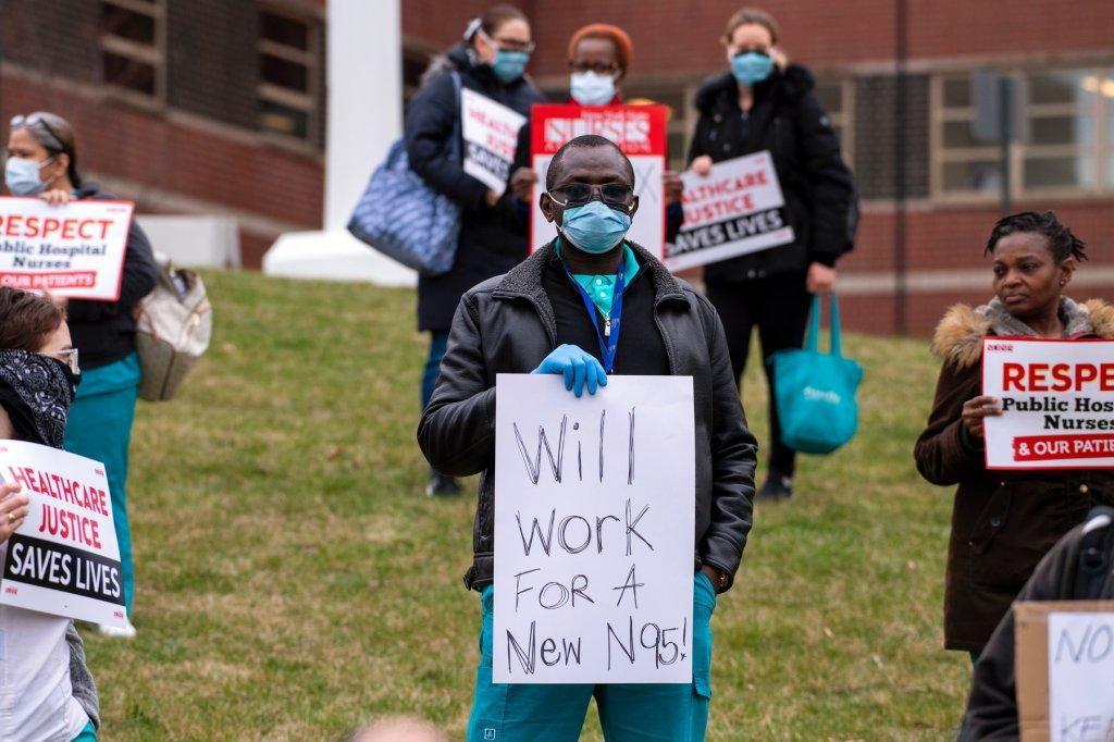 Trabalhadores da saúde protestam contra as más condições de trabalho em Bronx, Nova Iorque. Foto por Gregg Vigliotti.