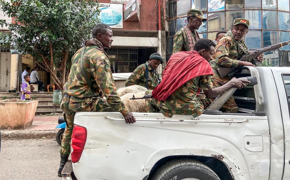 Membros da milícia amahara, que lutam juntamente às forças federais e regionais contra a região do Tigré, ao norte, atravessam a cidade de Gondar, na Etiópia, 8 de novembro de 2020. Foto por Eduardo Soteras.