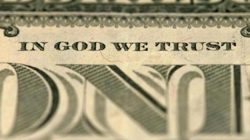 """Por mais que as notas do dólar expressem """"acreditamos em Deus"""", a religião oficial do estado yankee é, na verdade, o capitalismo. Via shutterstock."""