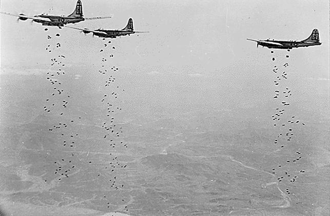 Foto de janeiro de 1951 de bombardeiros B-29 da US Air Force lançando bombas sobre a Coreia do Norte.