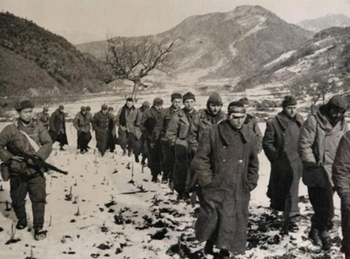 Tropas turcas capturadas na Coreia. O imperialismo utilizou tropas de seus vassalos na sua guerra de agressão, e enviava-as para as frentes mais perigosas a fim de poupar suas próprias.