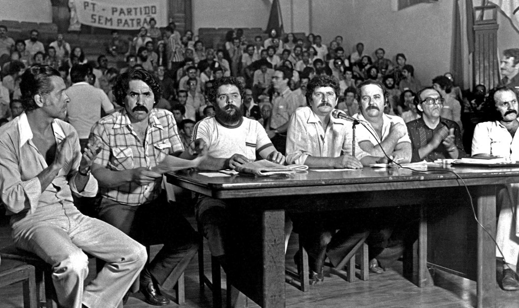 Mesa que presidiu o ato de fundação do PT, no Colégio Sion, em São Paulo, no dia 10 de fevereiro de 1980. Foto por Juca Martins.