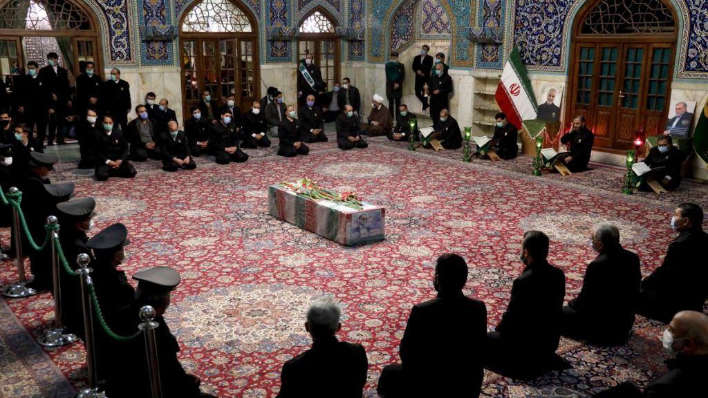 Cerimônia em homenagem ao cientista iraniano Mohsen Fakhrizadeh, assassinado no dia 27 de novembro. Foto via Ministério da Defesa do Irã.